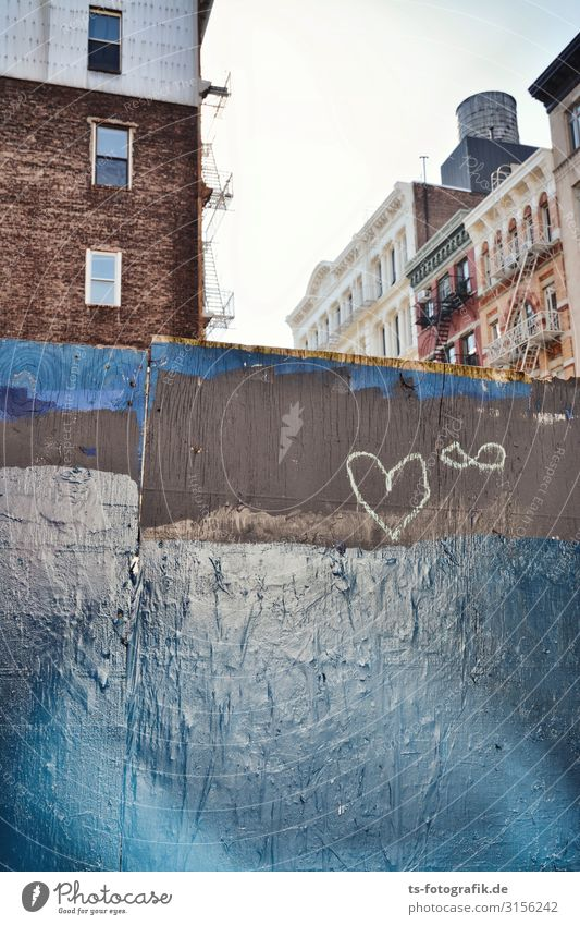 Chalk heart in New York City Manhattan Town Downtown House (Residential Structure) Manmade structures Building Wall (barrier) Wall (building) Facade Window