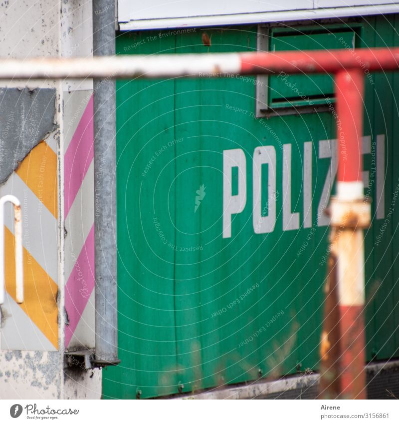 Hold it right there! Police! | UT Hamburg Police Force Police help desk Construction site Services Barrier Site trailer Shed Protective Grating Wood Metal
