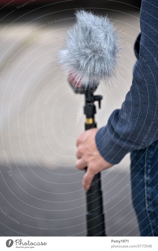 Human being Youth (Young adults) Hand 18 - 30 years Adults Masculine Communicate Arm Pelt Teamwork Microphone 30 - 45 years Entertainment electronics
