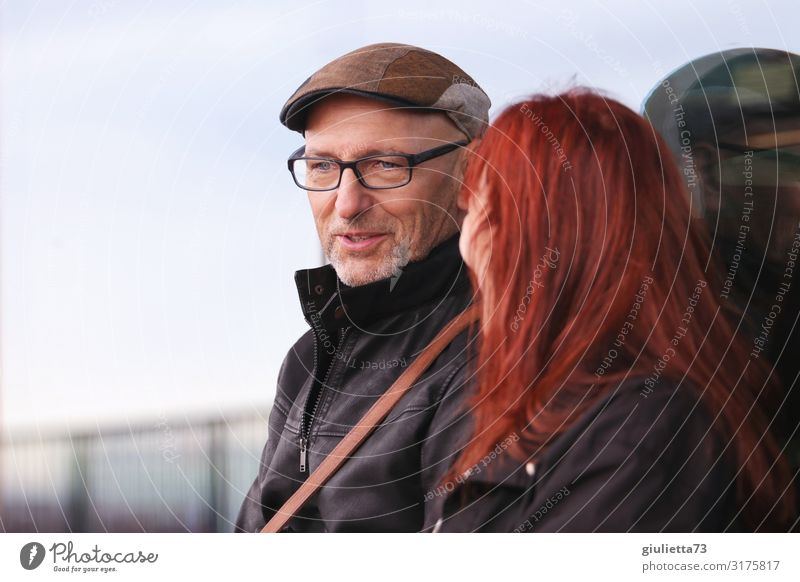 Chat | UT HH19 Woman Adults Man Male senior Senior citizen Life 2 Human being 45 - 60 years 60 years and older Eyeglasses Cap Peaked cap Red-haired Gray-haired
