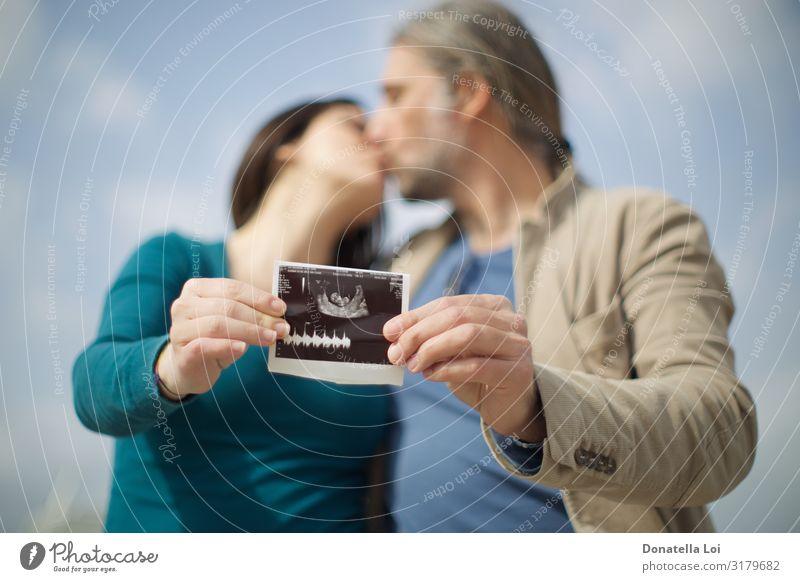 Couple announces pregnancy with ultrasound Lifestyle Joy Parenting Human being Masculine Feminine Woman Adults Man Family & Relations Partner 2 30 - 45 years