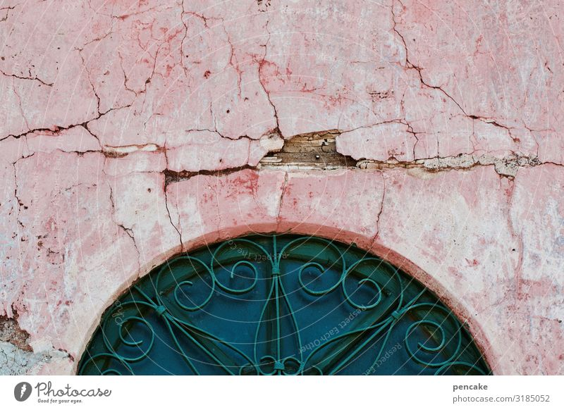 alt | ehrwürdig Fassade Bogen mediterran rosa Risse