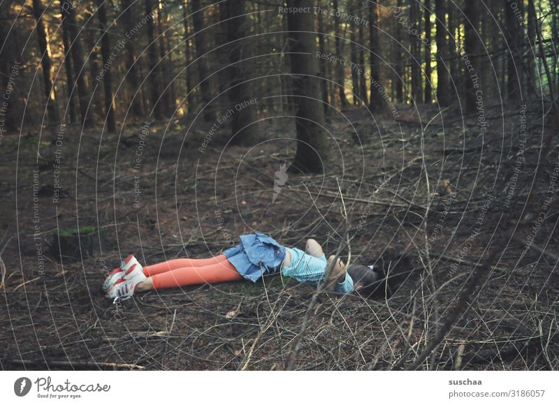 alice im wunderlang / child lies on forest floor and looks into a rabbit hole Child Girl Forest Tree Hollow Woodground Interesting Looking Curiosity peril Fear