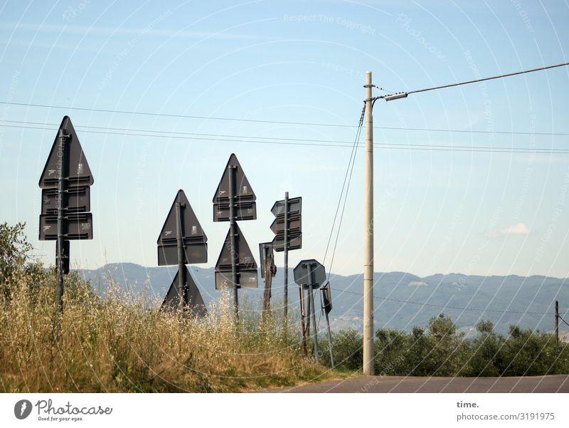 sicher ist sicher schild verkehrsschild straßenverkehrsordnung straßenschild berge horizont himmel stromleitung strommast kreuzung sommer sonnig bergkette