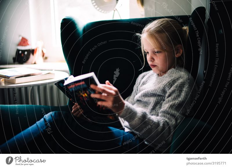 Child reading Reading Living or residing Flat (apartment) Feminine Girl Infancy 1 Human being 8 - 13 years Youth culture Media Print media Newspaper Magazine