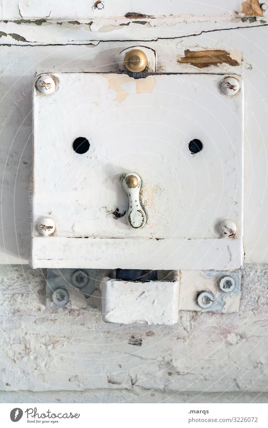 :- 0 Lifestyle Living or residing Flat (apartment) Moving (to change residence) Period apartment Door lock Face Facial expression Wood Old Bright Funny White