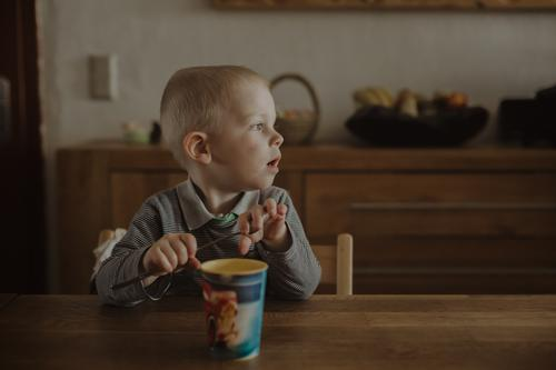 The great waiting Lunch Beverage Mug Kitchen Human being Masculine Toddler Boy (child) Infancy 1 1 - 3 years Blonde Wait Anticipation Appetite Colour photo