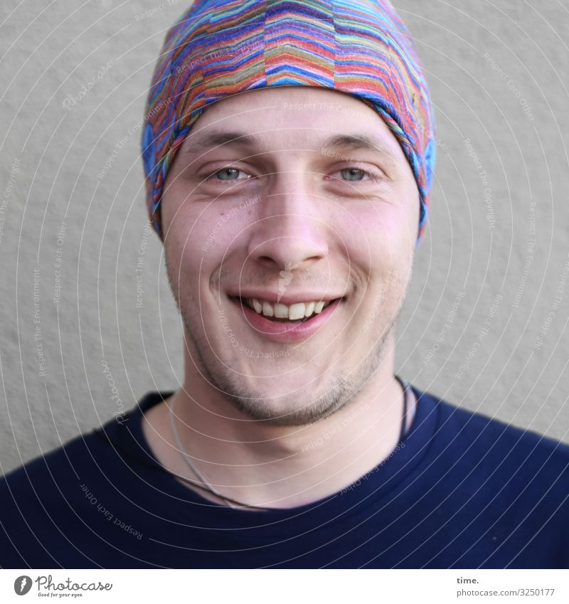 chilly Masculine Man Adults 1 Human being Actor Wall (barrier) Wall (building) Sweater Headscarf Designer stubble Relaxation To enjoy Smiling Laughter Looking