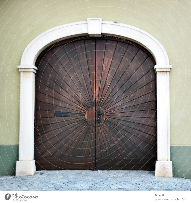 Door I Living or residing Flat (apartment) Old town House (Residential Structure) Church Wall (barrier) Wall (building) Large Gate Garage door Door handle
