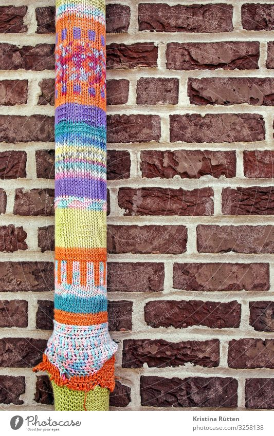 knitting tube Style Joy Leisure and hobbies Handcrafts Knit Art Work of art Subculture Town Building Wall (barrier) Wall (building) Facade Graffiti Hip & trendy