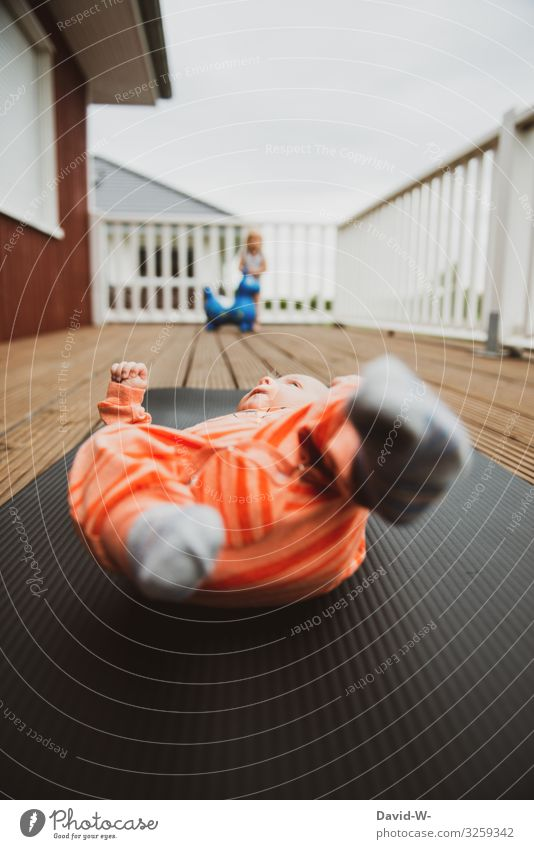 Children on the balcony Balcony children Parenting Employment Baby Toddler Floor mat sleeping mat Lie supervisory duty Responsibility Playing out penned