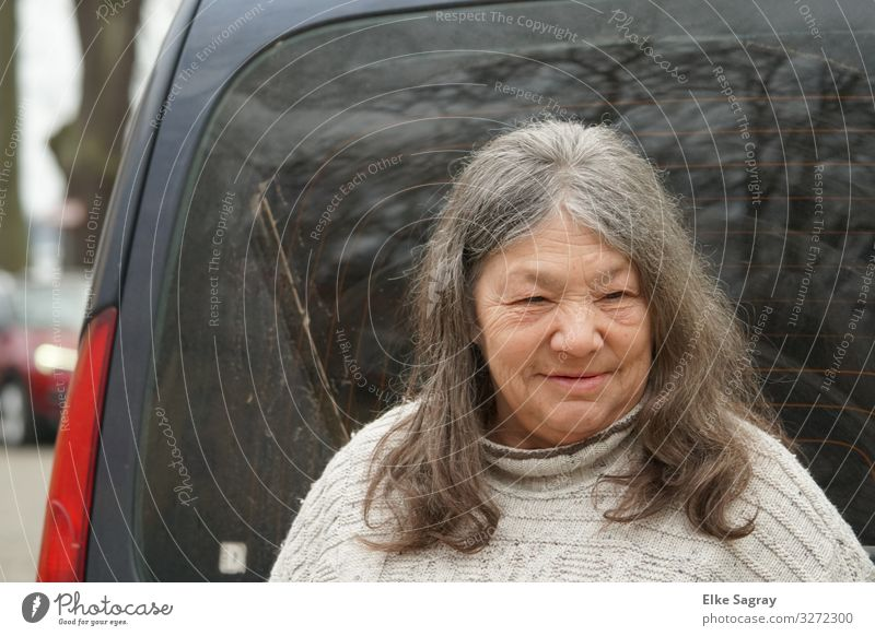"""Before the car ride"" Human being Feminine Female senior Woman 1 60 years and older Senior citizen Observe Smiling Wait Curiosity Positive Contentment Wisdom"
