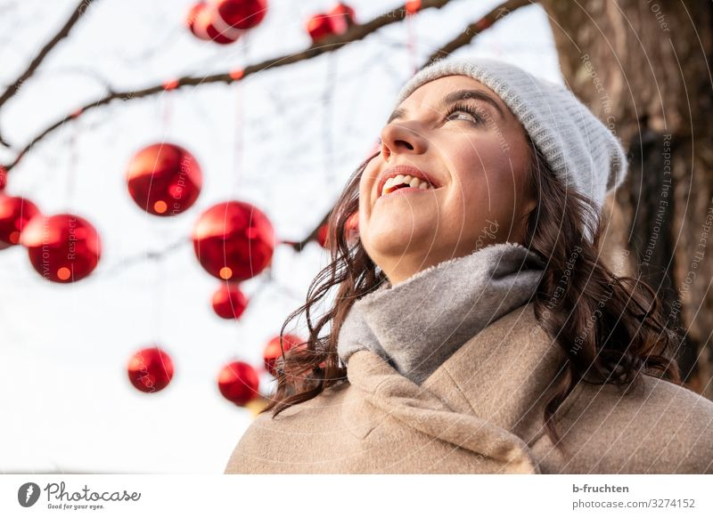 Woman looking up Lifestyle Style Joy Well-being Event Feasts & Celebrations Christmas & Advent New Year's Eve Adults Face 1 Human being 30 - 45 years Winter