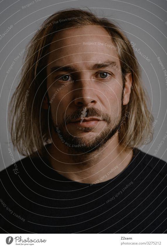 Portrait portrait mann junger mann lange haare blond studiofotografie ehrlich natürlich bart dunkel licht schatten blick Fashion Shadow schwarz t-shirt gesicht