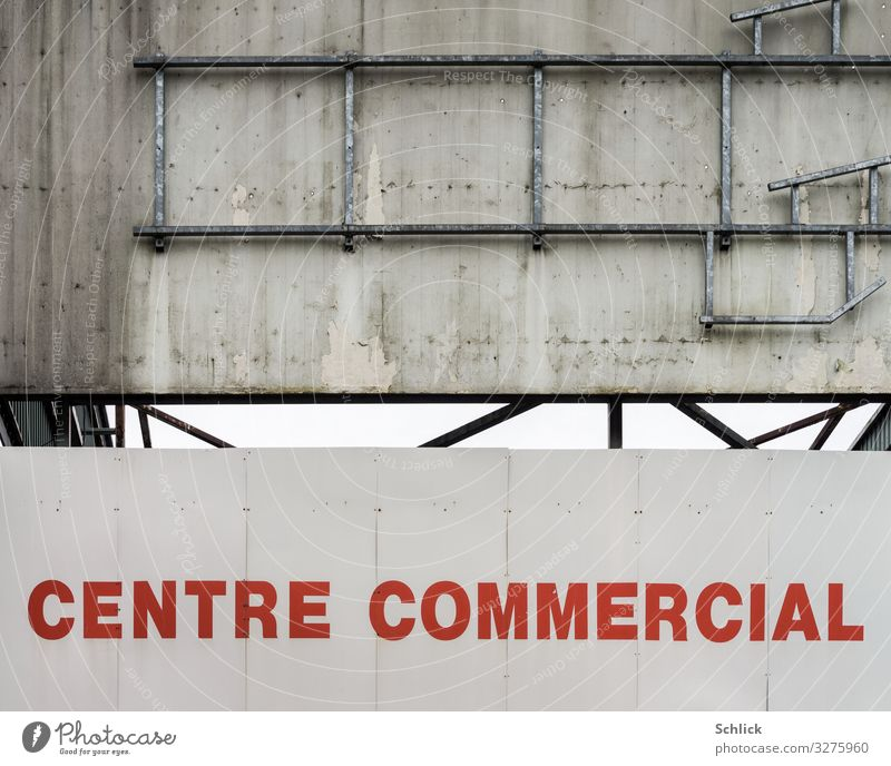 Centre commercial decroissance Shopping Supermarket Shopping malls Wall (barrier) Wall (building) publicity Dirty Gray Red White Trade Crisis bankruptcy