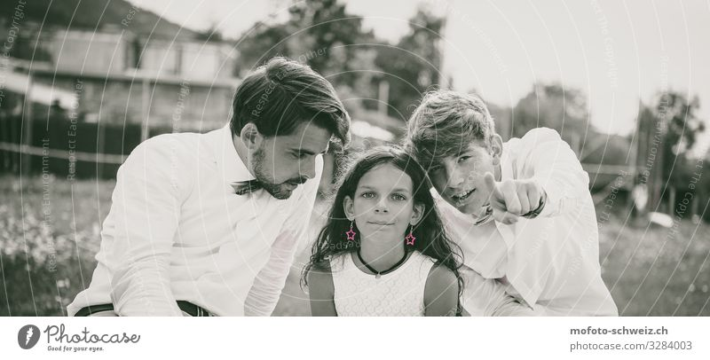 Two teenagers and one girl black/white and red earrings Girl Young man Youth (Young adults) 3 Human being 3 - 8 years Child Infancy 18 - 30 years Adults Summer