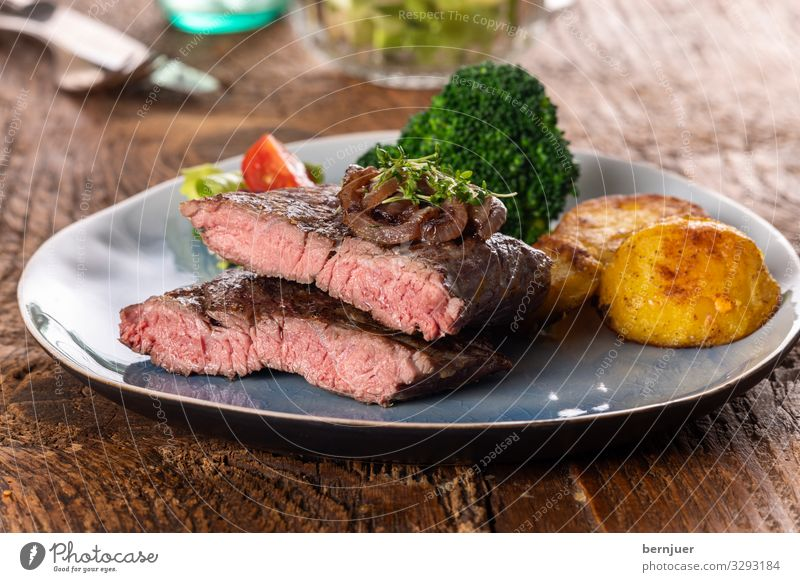 steak Meat Vegetable Lunch Dinner Plate Table Barbecue (apparatus) Wood Fresh Delicious Juicy Red White Steak sirloin Argentinean main course caramelized Onion