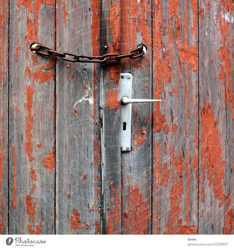 Entrees (VIII) Storage shed Barn Chain Rust Door handle Wall (barrier) Wall (building) Varnish Flake off Closed Wood Metal Line Stripe Brown Orange Silver