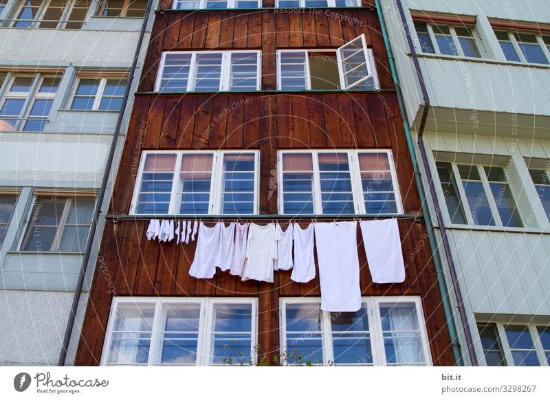 Who is hanging out his laundry today, in front of our honourable house, scolding the house facade in brown and white, through closed windows, loud not quiet. A window opens wide, it is ready for the smell of detergent, gladly and at any time.