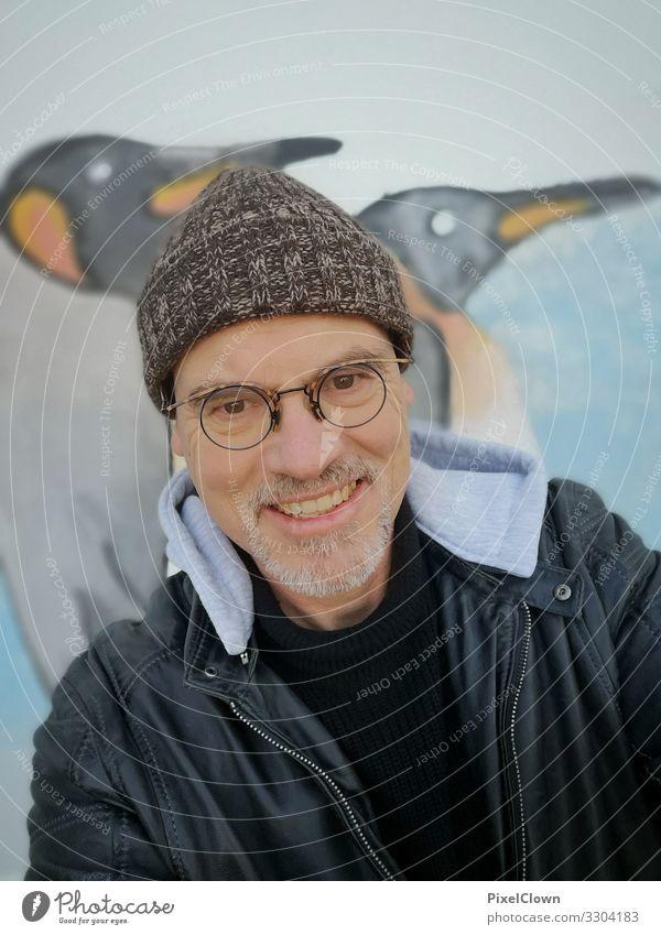 Mann mit Mütze vor einer Graffitiwand Mensch Person Porträit Pinguine urban Großstadt Bart Gesicht Kaputze