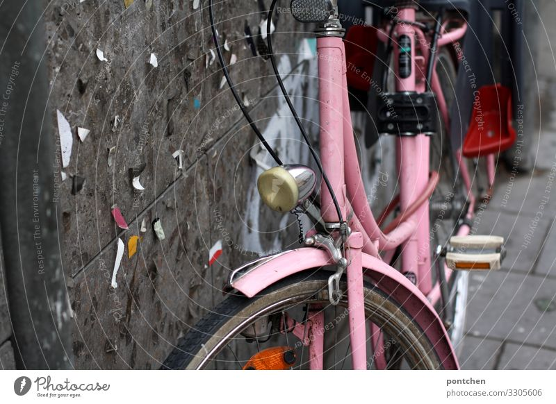 Pink bicycle for ladies leaning against the house wall Style Joy Cycling Hip & trendy Uniqueness Bicycle Old Lean Bicycle light Snippets Wall (building) Parking