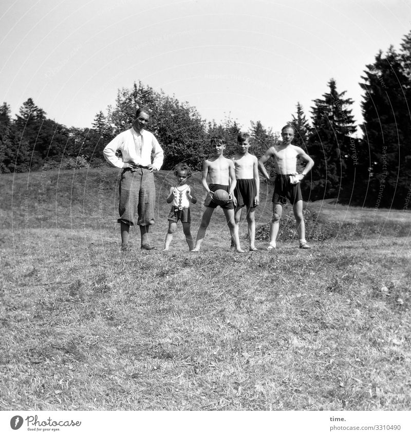 Father with sons and ball Ball Masculine Boy (child) Young man Youth (Young adults) Man Adults 5 Human being Environment Nature Landscape Horizon