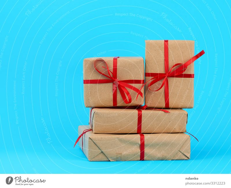 stack of boxes wrapped in brown paper Christmas & Advent Blue Red Yellow Natural Feasts & Celebrations Brown Design Decoration Birthday Table Gift Shopping