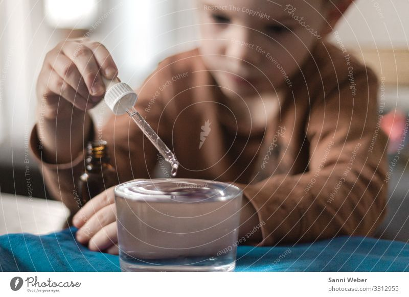 water drops Human being Masculine Child Boy (child) Infancy Head 1 3 - 8 years Far-off places Experimental Drops of water Water Glass Baby animal Brown Bla