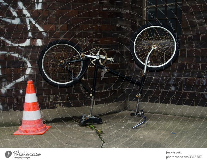 who turned on the wheel ? Wall (building) Cold Wall (barrier) Bicycle Climate Backyard Traffic cone Prenzlauer Berg