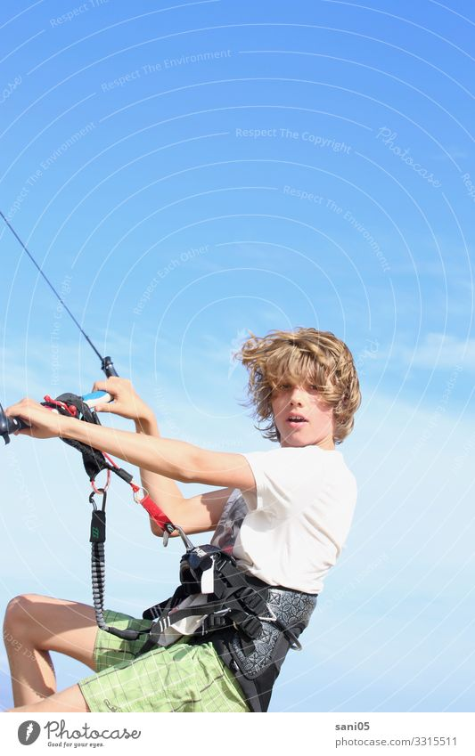 Kite on Lifestyle Ocean Aquatics Kiter Kiting Schoolchild Boy (child) Youth (Young adults) 1 Human being 8 - 13 years Child Infancy Water Cloudless sky Wind
