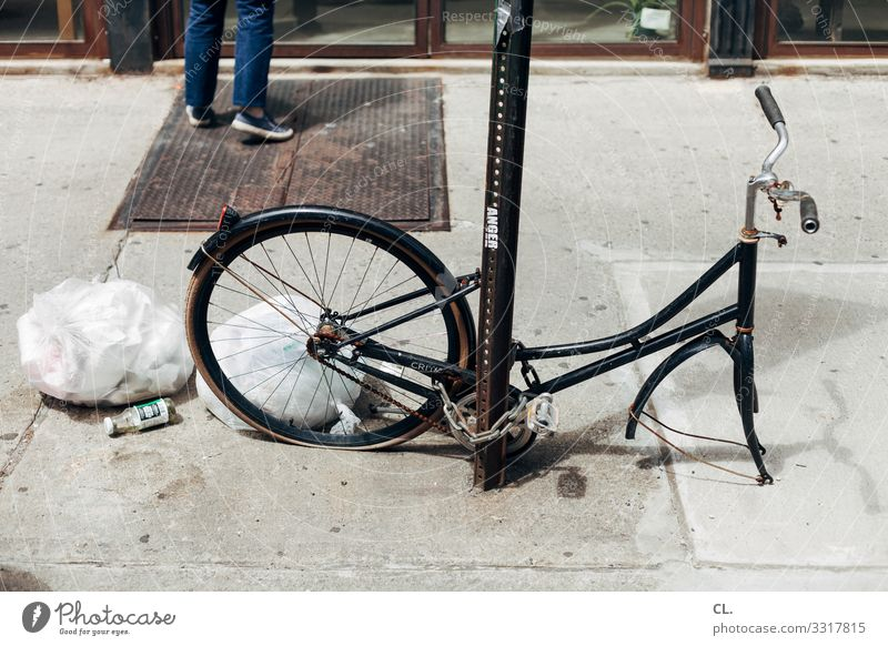 f hr ad Human being 1 New York City USA North America Town Transport Means of transport Traffic infrastructure Cycling Street Lanes & trails Bicycle Trash