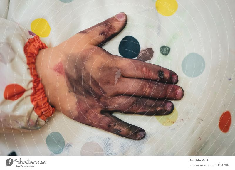 Dirty hand is wiped on painting apron Human being Child Toddler Infancy by hand Fingers 1 1 - 3 years 3 - 8 years Touch To hold on Authentic Near Multicoloured