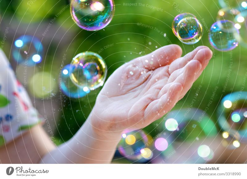 Flying soap bubbles that burst in your hand Leisure and hobbies Playing Children's game Human being by hand 3 - 8 years Infancy 8 - 13 years 13 - 18 years