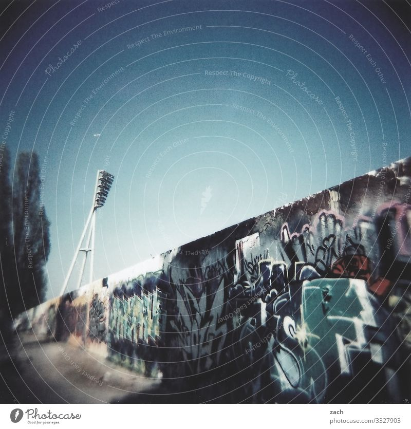 Light and lines Sky Town Outskirts Lamp Street lighting Floodlight Stadium Wall (barrier) Wall (building) Facade Graffiti Street art Analog Slide