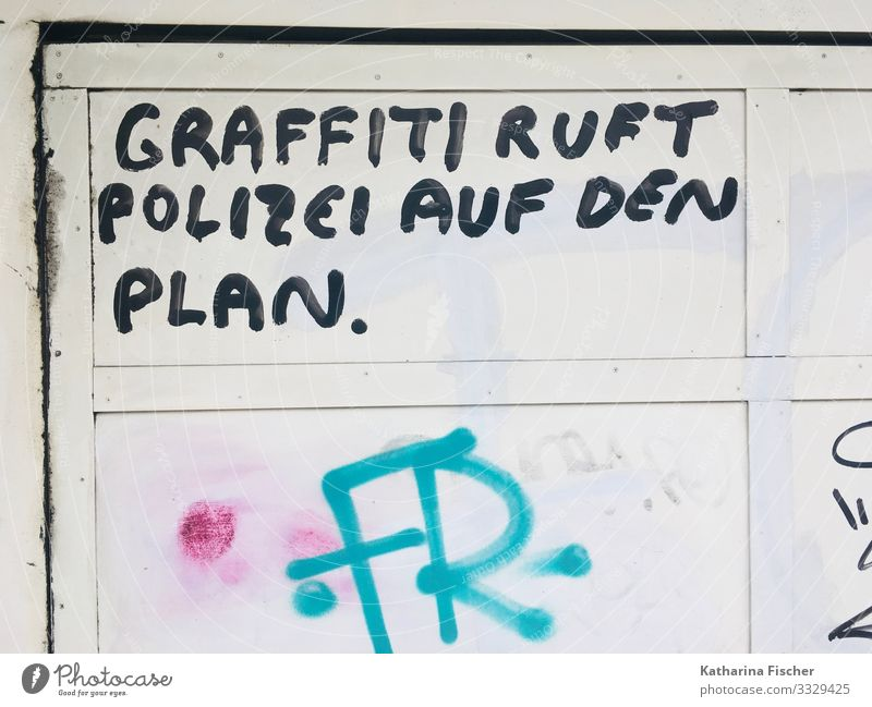 Written / graffiti calls the police on the plan Wall (barrier) Wall (building) Facade Sign Characters Signs and labeling Graffiti Green Black White statement