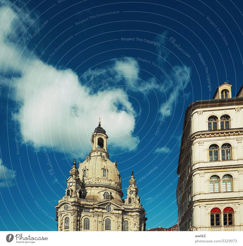 Resting mass Sky Clouds Frauenkirche Downtown Old town Populated House (Residential Structure) Church Manmade structures Building Wall (barrier) Wall (building)