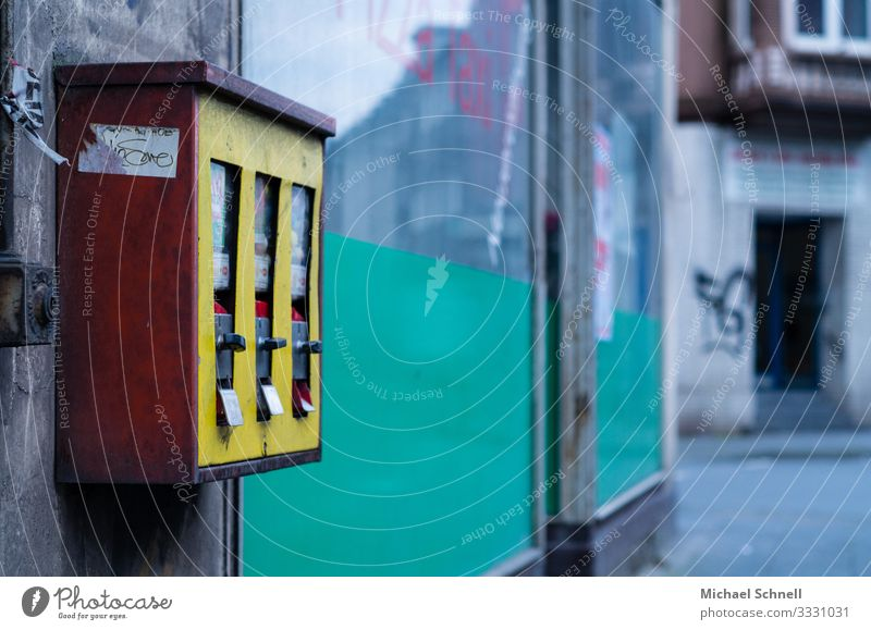 chewing gum dispenser Candy Chewing gum Happy Culture House (Residential Structure) Wall (barrier) Wall (building) Homesickness Past Transience Change