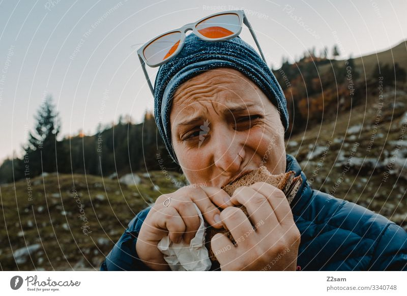 Snack on the mountain 2018 crusher tip sharpened Hiking Bavaria Eating snack Sausage sandwich Salami Bread for the break Bite bite off wander enjoyment stop