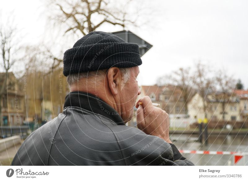 View into the distance Human being Male senior Man 1 60 years and older Senior citizen Think Smoking Authentic Black Contentment Relaxation Colour photo