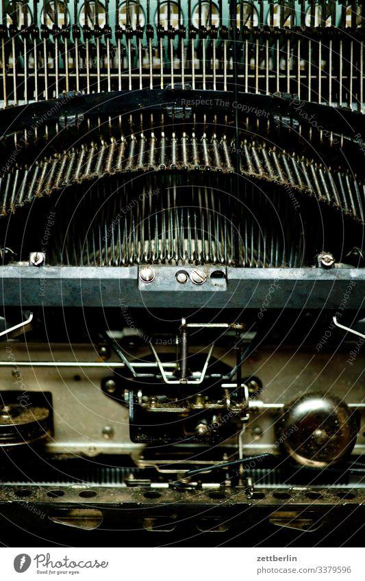 Schreibmaschine von unten alt antik autor büro feinmechanik metall roman schreiben schreibmaschine schrift schriftsteller schriftverkehr sekretärin tastatur