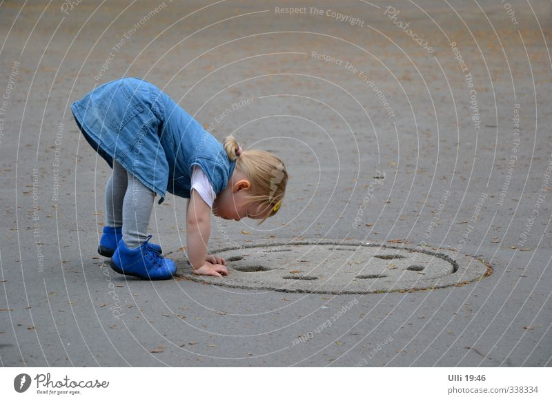 Hello? Anybody there? Playing Girl Bottom 1 Human being 1 - 3 years Toddler Observe Crouch Listening Crawl Looking Authentic Happiness Curiosity Cute Athletic