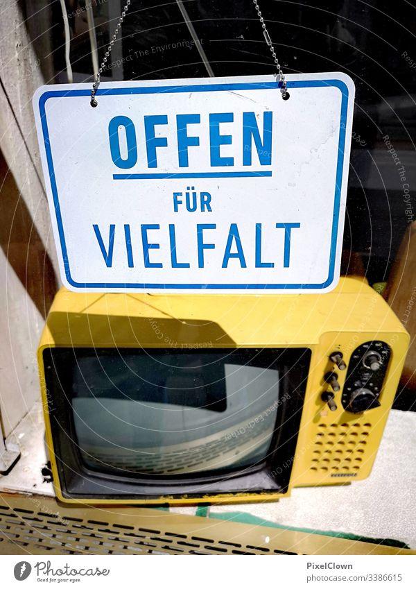 Plakat und Fernseher im Schaufenster Fernseher, TV Television Light Antenna urban, Großstadt TV set Entertainment electronics