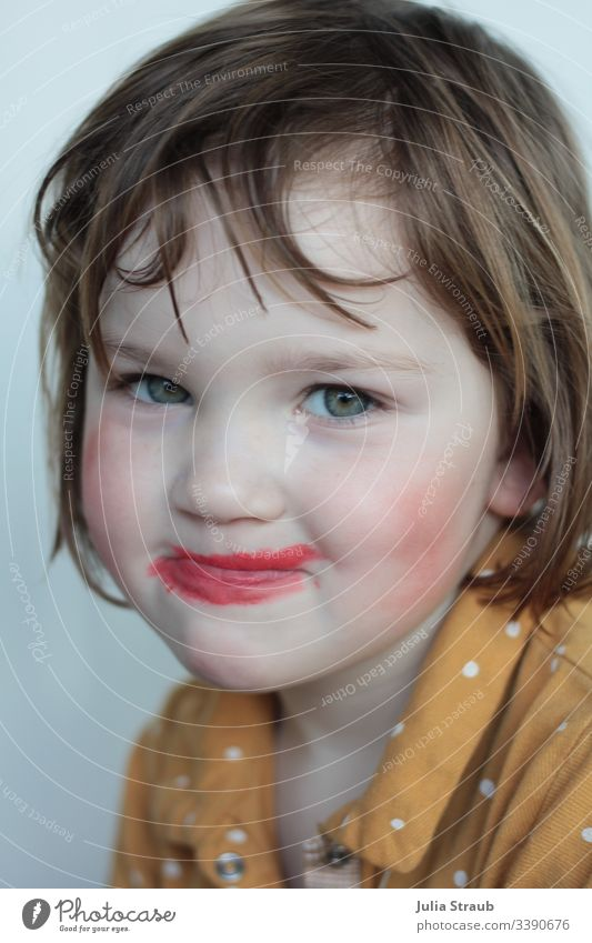 Child has made himself up Infancy Funster Creativity green eyes clear lines red lipstick Lipstick Chic Hipster pull one's nose slanting Rouge Cute Bangs Spotted