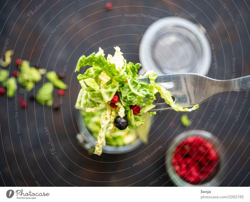 Draufsicht von rohem geschnittenen Kohl und Gewürzen auf einer Gabel, rustikaler Stil, gesunde Ernährung, eingemachtes Gemüse, Diät kohl gemüse gewürz gabel