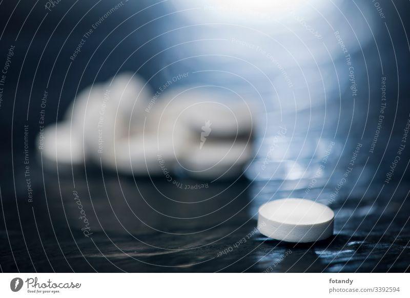 Single tablet on slate in the backlight Hintergrund Tabletten Gruppe Hartkapsel gepresst Darreichungsform Stillleben Vitamine heilen Objekt Medikament