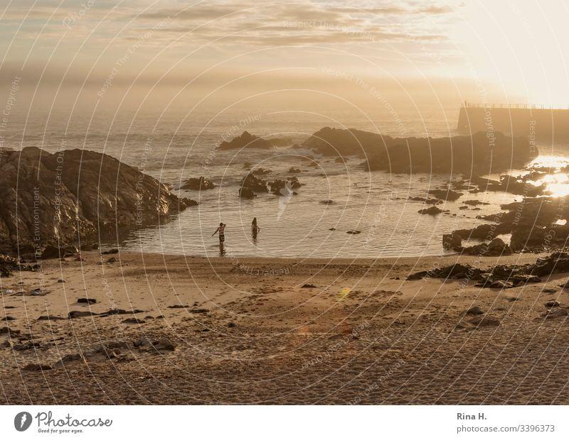 Strand in Porto bei Sonnenuntergang Portugal Atlantik Baden Paar Schwimmen Stimmung Urlaub Ferien Badeurlaub