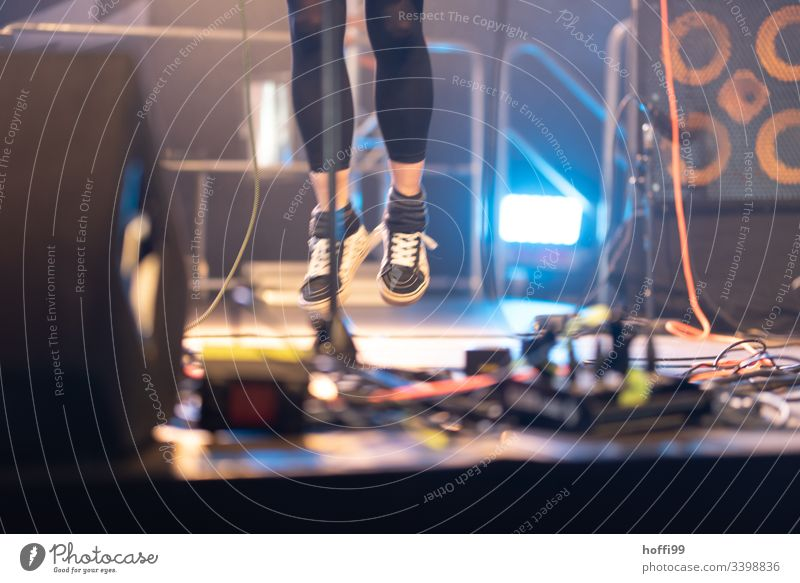 stage jumping jump phase Jumping power Woman Joy Movement sports shoes Black Flying Youth (Young adults) Action Sports Athletic Playing Enthusiasm Concert Loud