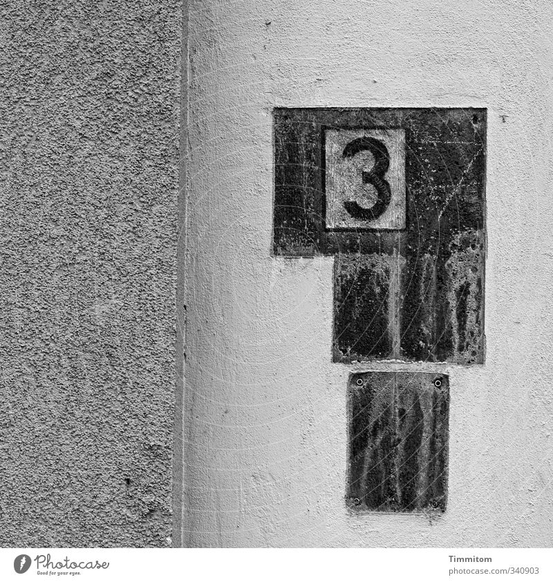 Yes, je, well. Wall (barrier) Wall (building) Name plate House number Borehole Structures and shapes 3 Concrete Digits and numbers Esthetic Simple Broken Gray