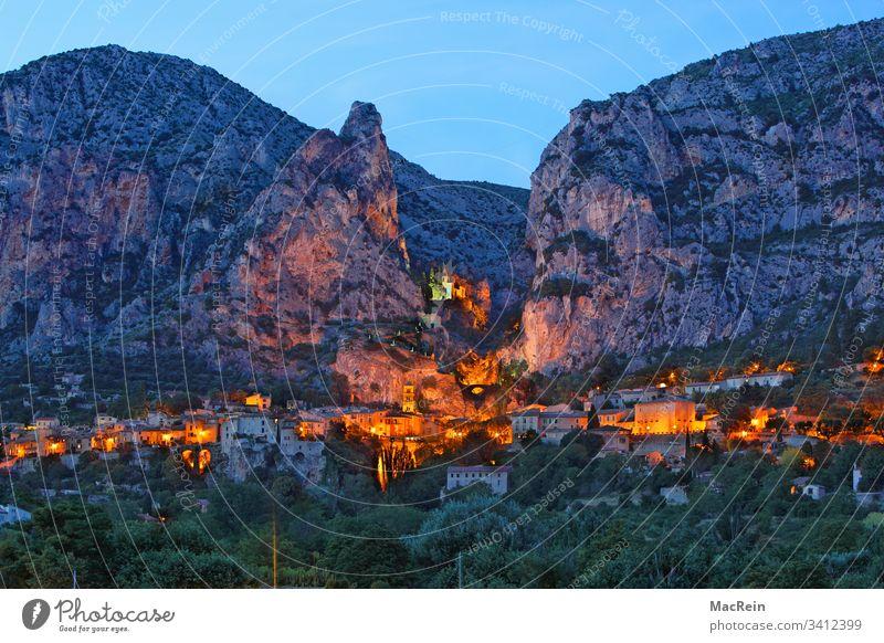 Moustiers St. Marie, südfrankreich moustiers st. marie bergdorf Provence-Alpes-Côte d'Azur beleuchtet licht provence berge bergmassiv urlaub reiseziel