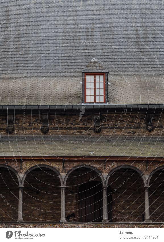 Edles Fenster Dach Gebäude Bogen Haus Architektur Glas Fensterscheibe Mauer alt historisch Dachziegel stein Außenaufnahme